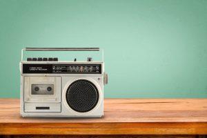 alter Kassettenrekorder silberfarbend auf Holztisch