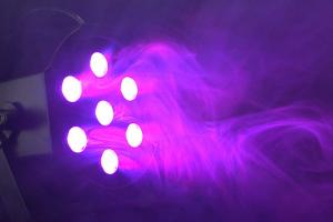 LED Scheinwrefer wirft violettes Licht