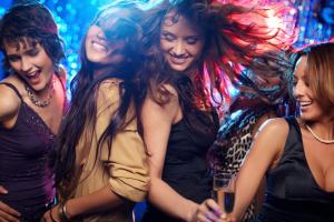tanzende Damen auf einer Party
